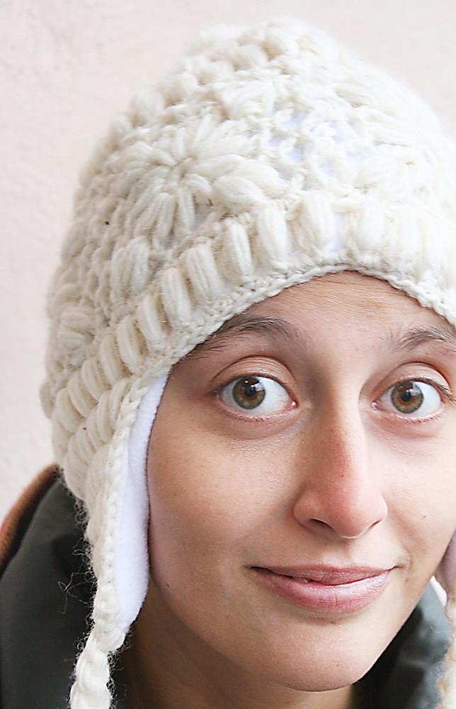 очень теплая белая шапка с помпонами